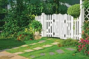 """Khoảng trống quanh nhà được """"mềm hóa"""" bởi cây cỏ và mặt nước – để cho """"đất thở"""" cũng là giúp con người dễ thở hơn."""